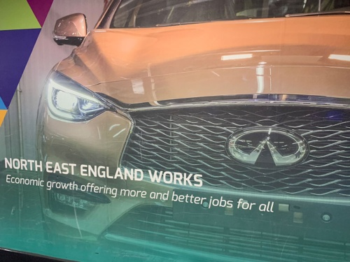 サンダーランド工場に近いニューカッスル空港に着くと、日産車を製造している同地域の宣伝が目に飛び込んでくる