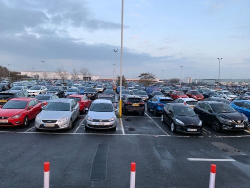 サンダーランド工場の駐車場は、多くの従業員のクルマで埋まる