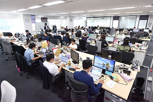正午前には多くの従業員が仕事をしている