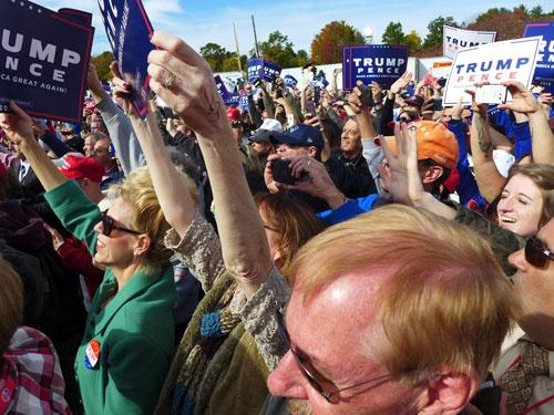 選挙前の10月、トランプのラリーに集まった支持者(筆者の夫デイビッド・ミーアマン・スコット撮影、以下同)