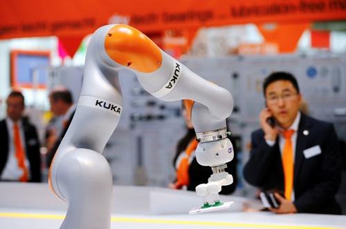 中国企業によるドイツの産業用ロボットメーカーKUKAの買収は、先進諸国の当局者に大きな衝撃を与えた(写真:ロイター/アフロ)