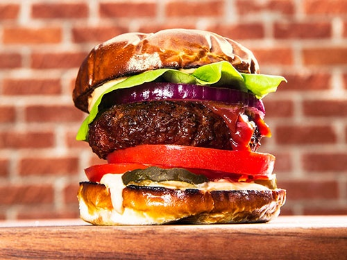 三井物産が出資した米サベージ・リバーが開発したパティ「ザ・ビヨンド・バーガー」を使ったハンバーガー(イメージ画像)