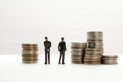 自社内の雇用形態間賃金差を計算し終えたら、その差が世間一般の賃金差とどの程度乖離しているか比較することが有用だ。(写真=PIXTA)