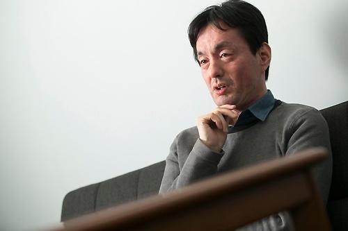 メルカリの山田進太郎会長兼CEO(最高経営責任者)。1977年愛知県生まれ。愛知の名門、東海中学校・高等学校を経て、早稲田大学教育学部に進学。楽天から内定を受け、インターンとして「楽天オークション」の立ち上げなどに携わるも、卒業後の2001年、ソーシャルゲームを手がけるウノウを起業。10年ウノウを米ジンガに譲渡。世界一周の旅を経て、13年メルカリ創業。17年4月から現職(撮影=的野弘路、以下同)