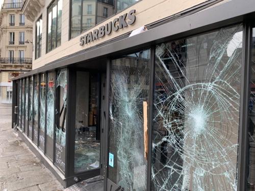 パリ中心地にあるスターバックスはほぼすべてのガラスが割られ、店内の設備も壊されていた。隣のカフェがほとんど破壊されていないのと対照的だった
