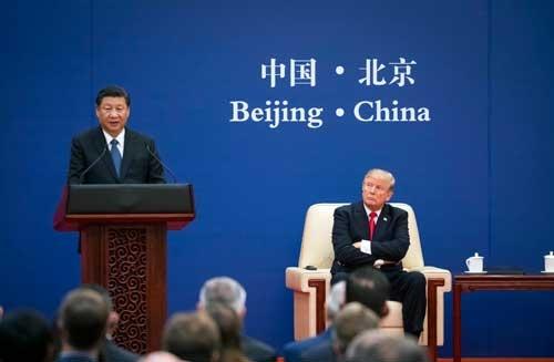 米中は貿易戦争に突入するのか。写真は11月のトランプ大統領の訪中時(写真:The New York Times/アフロ)