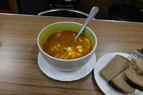 食堂車でボルシチの代わりに出されたのがこのサリャンカ。ボルシチはビーツのスープだが、サリャンカはトマトがベースなのだとか。香辛料が利いてうまかった