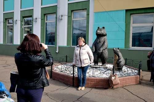 久しぶりの長時間停車なので、乗客はホームでのんびり。熊の像の前で、ちょっと似たフォルムのお姉さん(失礼!)が記念撮影をしていた。