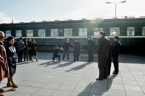 中国からソ連に向かっていた中国政府のお偉方なのか。ウランバートル駅停車中に子どものようにはしゃいで記念写真を撮っていた(1985年)