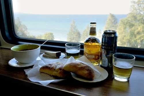 バイカル湖を眺めながら、ピロシキとサリャンカをおつまみに昼間からビール