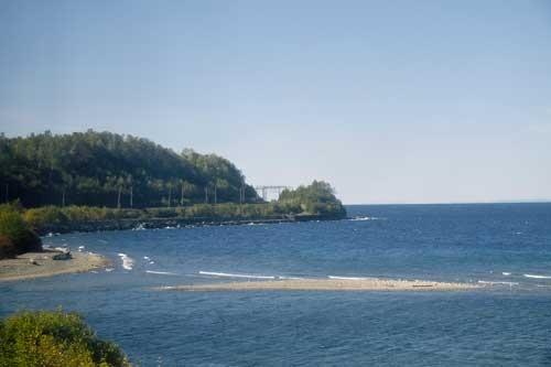 バイカル湖の岸辺を丁寧になぞって線路が敷かれている