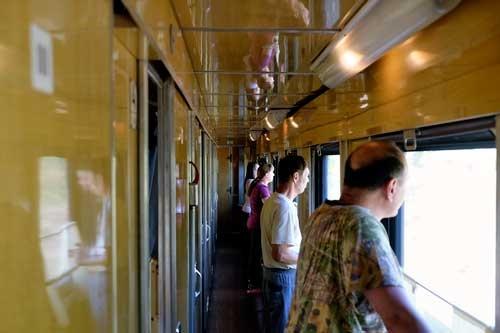 ロシア人乗客が通路に出て外を眺めていた