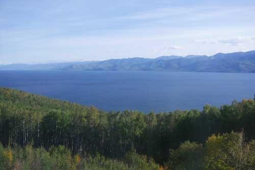 針葉樹林の向こうにバイカル湖が広がる