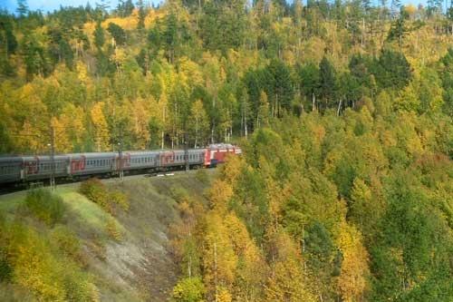 イルクーツクに向けて山中を最後の力走をする207列車