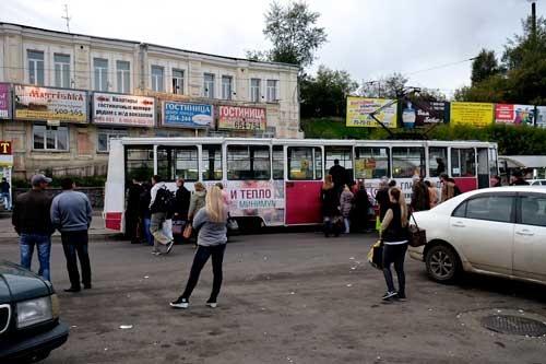 イルクーツク駅から中心部へは路面電車が走っている。堂々とした駅舎の正面は、狭苦しくてごみごみした空間が広がっていた