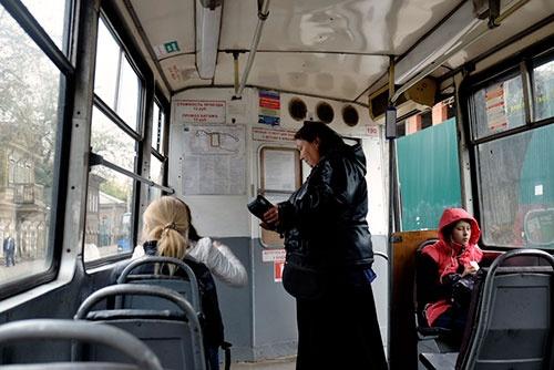 <b>路面電車の車内。ロシア人は意外に寒がりなのか、秋になったばかりなのに厚着をしている人が多かった</b>
