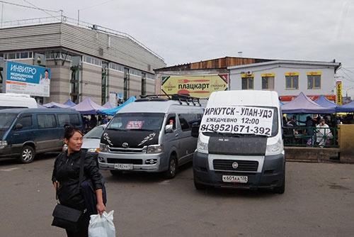 <b>市場前のミニバス乗り場。右はフィアット、左はトヨタ。フィアット車のフロントには、「イルクーツク~ウラン・ウデ 12時発車」と書かれている</b>