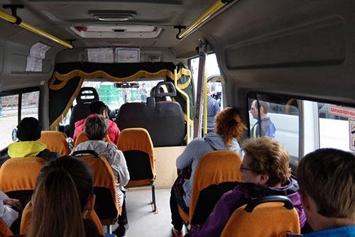 <b>ミニバスの車内。まだ空席が2つあるので発車しない</b>