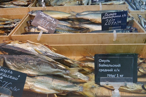 <b>イルクーツクのスーパーで見た魚の燻製。手前は、バイカル湖にしか生息しないオームリというサケ科の魚</b>
