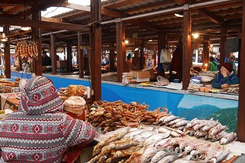 <b>びっしりと燻製や干物が並べられた魚市場の様子(撮影:二村嘉美)</b>