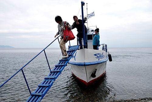 <b>何もない砂浜で船を降ろされるツアー参加者たち</b>