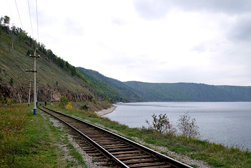 <b>バイカル湖に沿って走る鉄道線路が目に入ってきた</b>