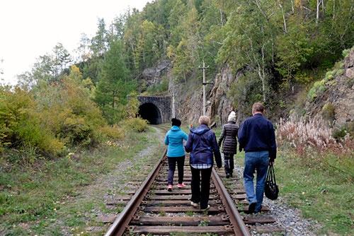 <b>線路歩きをするツアー参加者。一番左が、ひどい寒がりのガイドのエリーナ</b>