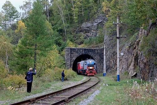 <b>突然、トンネルの向こうから列車がやってきた</b>
