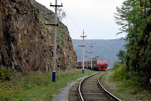 <b>ディーゼル機関車に引かれていたのは客車じゃなくて電車だった。イルクーツクからスリュジャンカまでは電化されているので、この電車が自走してくるのだろう</b>
