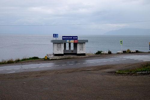 <b>博物館前のバス停。ここから背後の山の展望台までリフトがあるそうだが、雨も降ってきたので断念した</b>