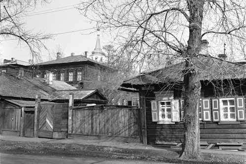 写真を拡大してみると、右手の建物の軒下に住所を示す表示板が取り付けられている。これで場所を特定できた(1985年撮影)