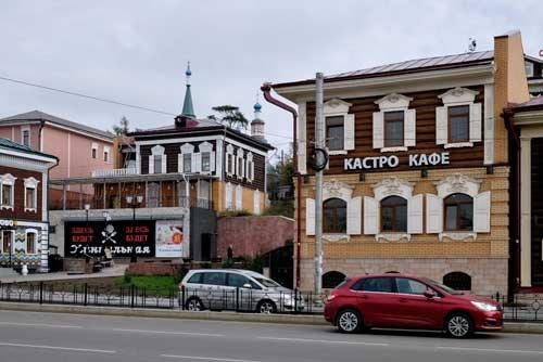 右の建物の看板は「カストロ・カフェ」と読める。ロシアの「カフェ」は、単なる喫茶店でなく、ちゃんとした食事をとれるところが多い