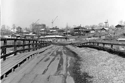 木造の橋のたわみ具合がまた味わい深い(1985年撮影)