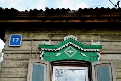 窓の上の飾りはニワトリ? それとも鳩?
