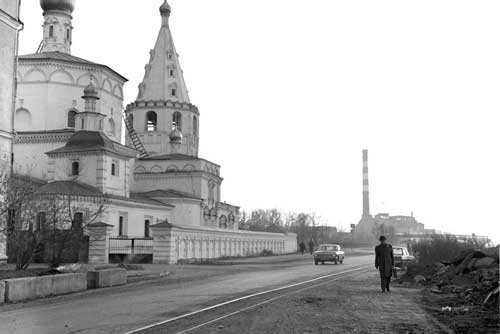 アンガラ川のほとりにあるバガヤヴリェースキー聖堂。ソ連時代は、パン工場とその宿舎として使われていたとのこと。レール幅の狭い線路が気になる(1985年撮影)
