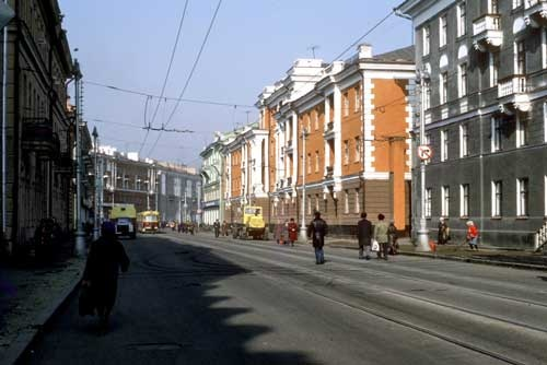 レーニン通り。このときはたまたま付近が道路工事中だったので、人が車道を歩いている(1985年撮影)