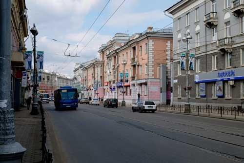 現在のレーニン通り。建物は変わっていないが、看板や電柱の広告が目立つようになった
