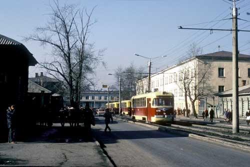 突き当たりが市場で、当時からこの付近は買い物客で賑わっていた(1985年撮影)