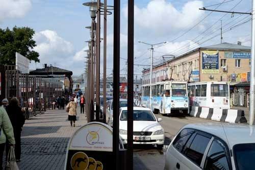 路面電車の線路と右の建物は昔のままだが、建物も電車も広告だらけ