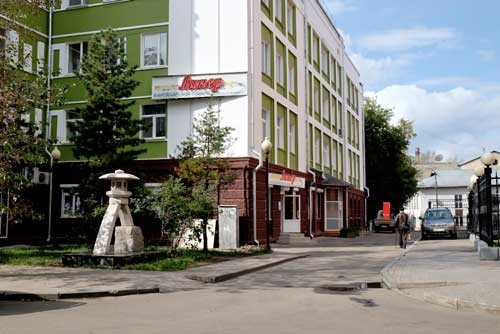 ロシアの街角に金沢兼六園の灯籠が!