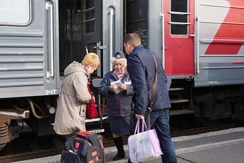 車掌さんは、切符のチェックや乗客の案内など発車前から忙しい