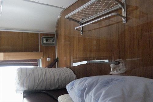 これが寝台の上段。天井までの高さは、下段よりもはるかに高いので圧迫感はない