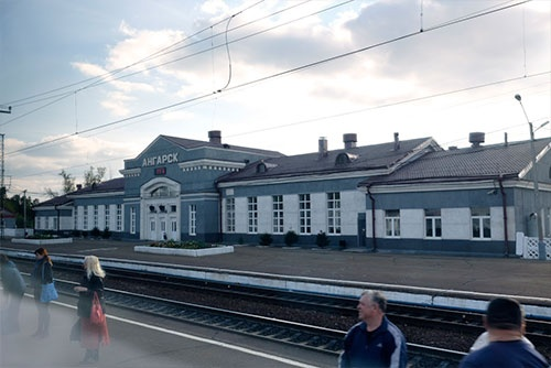イルクーツクからアンガラ川沿いに走って約1時間。アンガルスク駅では多くの乗客があった