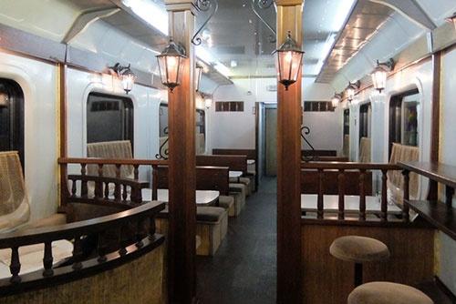 この列車の食堂車は、半室がテーブル席、半室がカウンターという構造で、クラシックな雰囲気がなかなかよかった