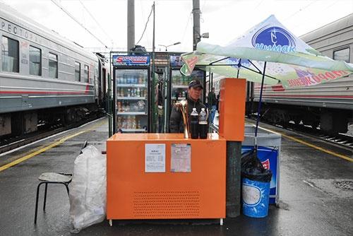 駅のホームで売られていた量り売りのクヴァス。1杯20ルーブル、1リットルで100ルーブル(約180円)と書いてある