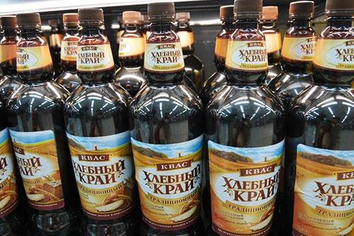 イルクーツクのスーパーで、ずらりと並んだクヴァスのペットボトル