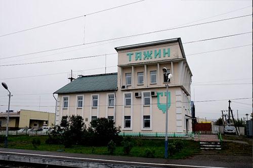 タジン駅。このくらいの規模になると、バグザルではなくてスタンツィーアに分類されるのだろう
