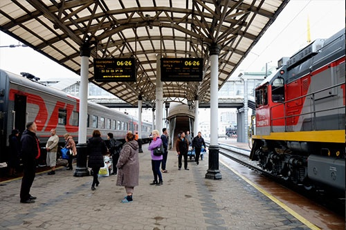 クラスノヤルスク駅。日本の駅にくらべてホームはかなり低いことがわかる