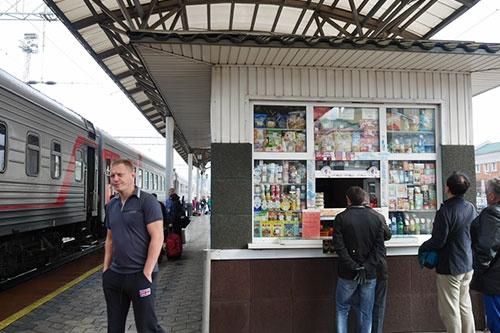 クラスノヤルスク駅の売店。このあたりまで来ると、もうシベリア東部で見かけたような、地元のおばちゃんたちの即席売店はない