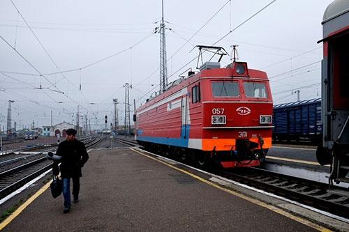 機関庫があるマリインスク駅で機関車は何度目かの交代